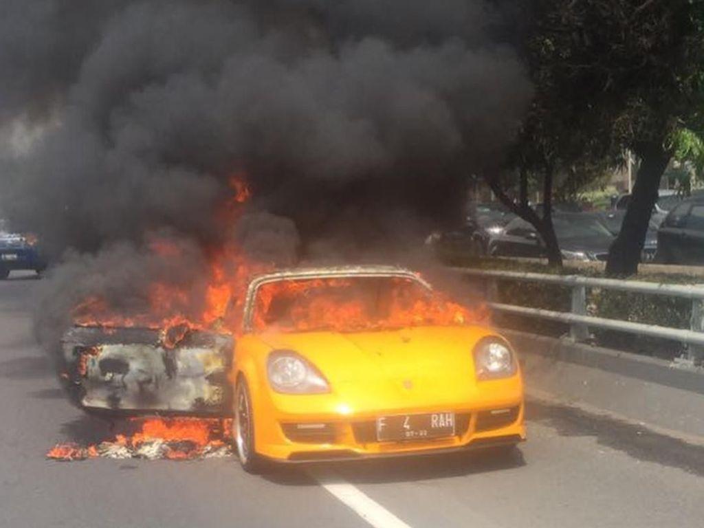 Ini Mobil Toyota MR2 Spyder yang Terbakar di Tol Slipi