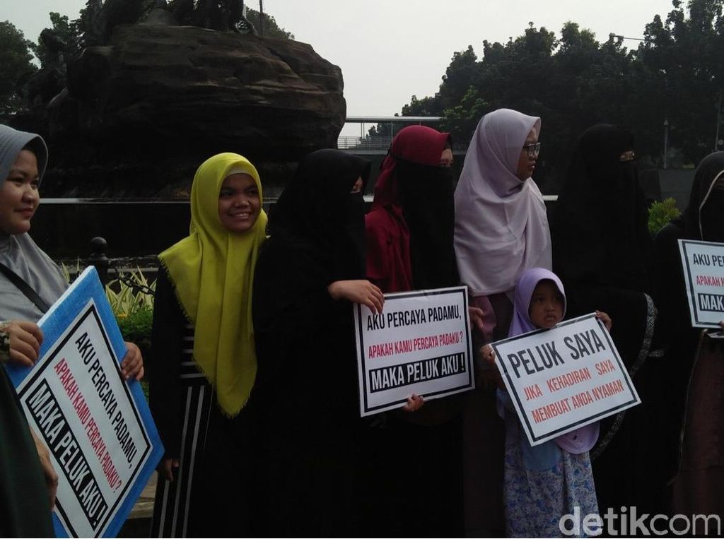 Foto: Perempuan-perempuan Bercadar dalam Aksi Peluk Saya