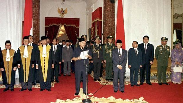 Soeharto ketika menyatakan berhenti sebagai Presiden RI dan membubarkan Kabinet Pembangunan VII.