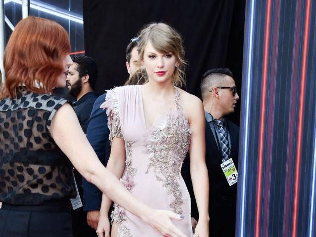 Foto: Taylor Swift Memesona di Karpet Merah Setelah 2 Tahun Absen