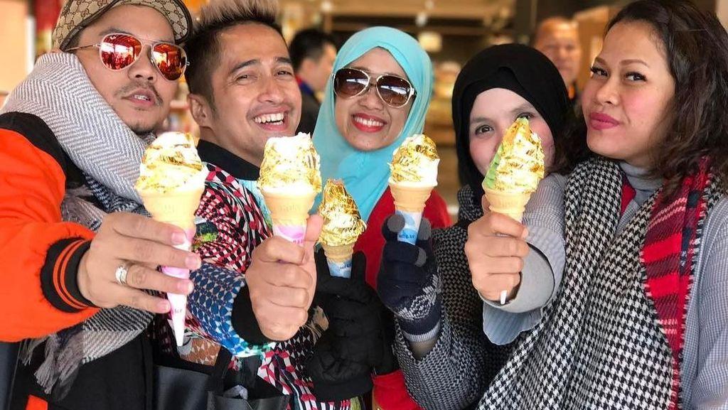 Begini Meriahnya Pose Irfan Hakim Saat Ngeliwet dan Mencicipi Es Krim Emas