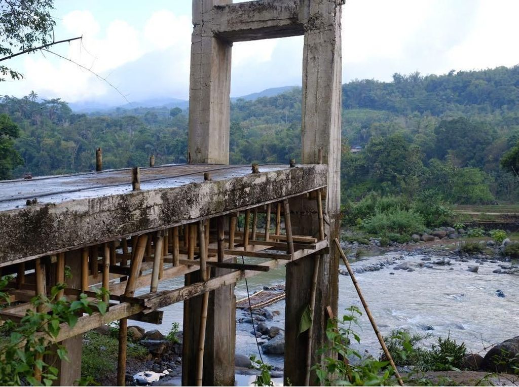 Diguyur Hujan, Pengerjaan Jembatan Maros Terhambat