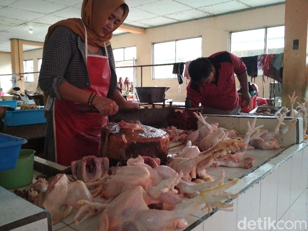 Harga Daging Ayam di Trenggalek Meroket, Daging Sapi Stabil