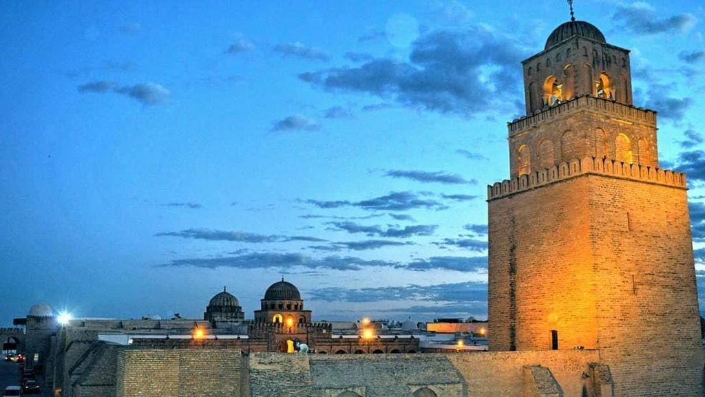 Potret Masjid Portal Waktu di Tunisia