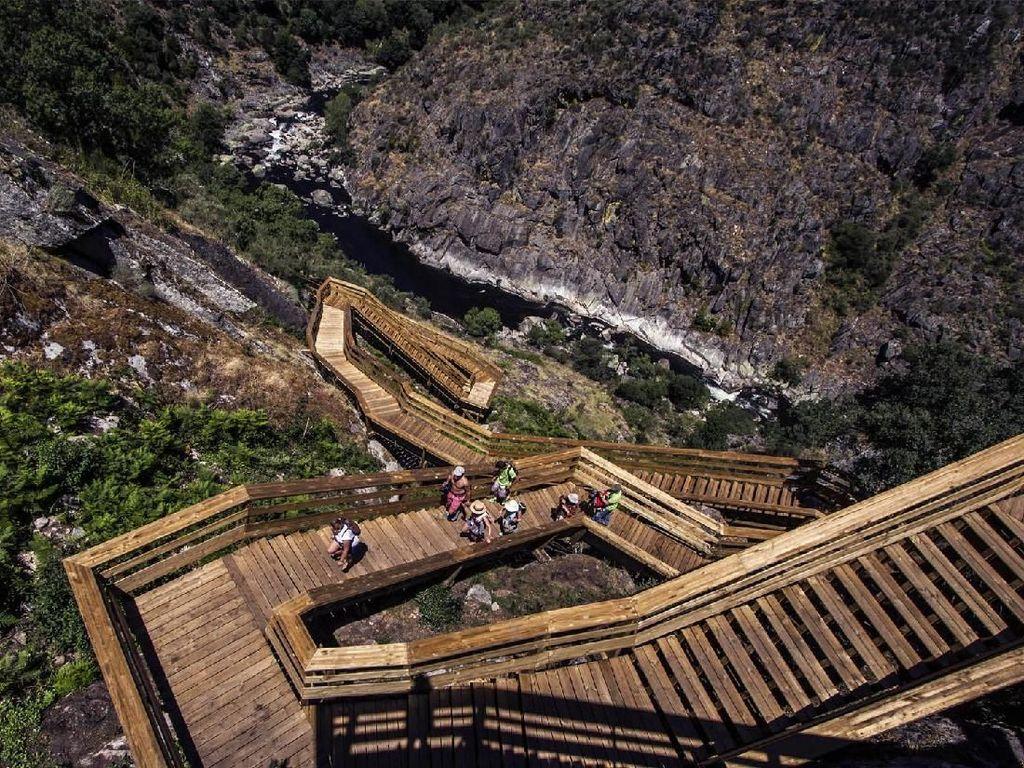 Jalan Kayu yang Esktrem ke Puncak Bukit di Portugal