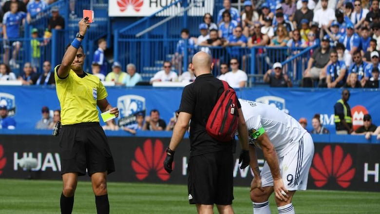 Hantaman Ibrahimovic untuk Pemain Lawan yang Injak Kakinya