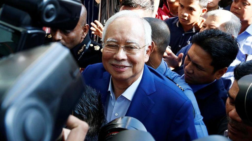 Foto: Senyum Najib Razak saat Diperiksa Komisi Antikorupsi