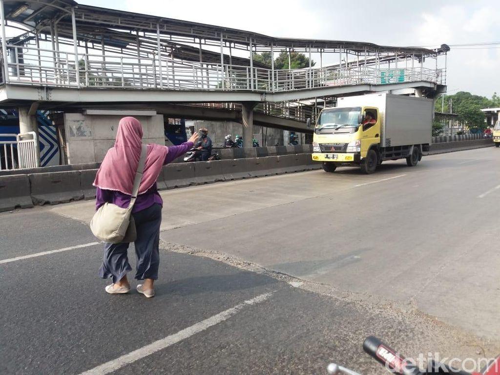 JPO Jembatan Gantung Kembali Dihantram Truk, Lalu Lintas Macet