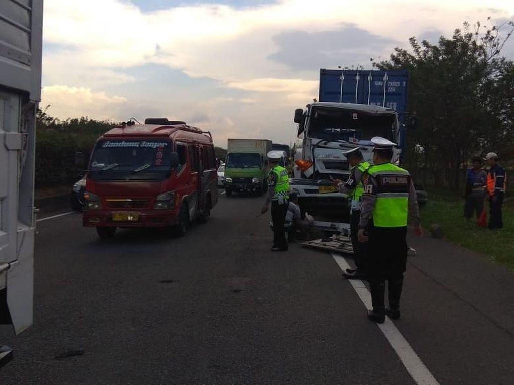 Diduga Sopir Mengantuk, Truk Tabrak Mobil Boks di Tol Padaleunyi