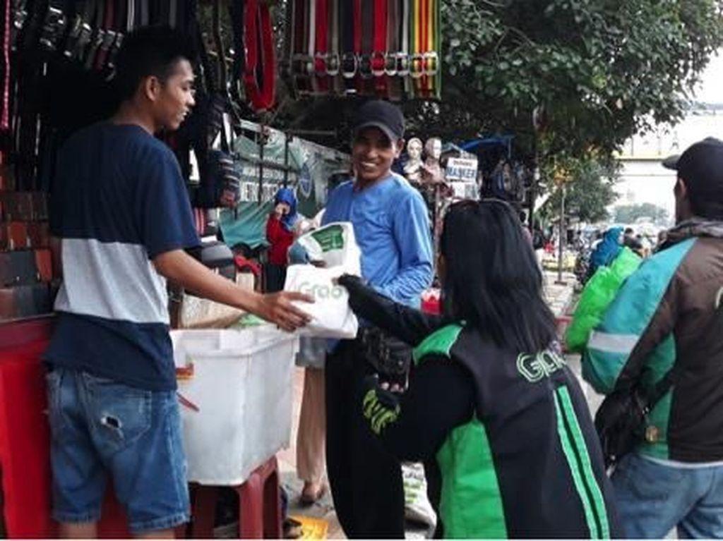 Ratusan Pengemudi Ojol Bagikan Ribuan Takjil Gratis di Depok