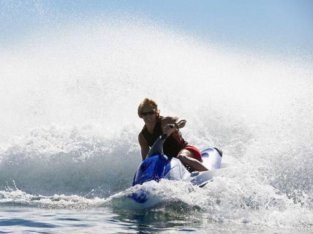 Dihantam Ombak Raksasa Hawaii, Pemain Jet Ski Patah Tulang Belakang