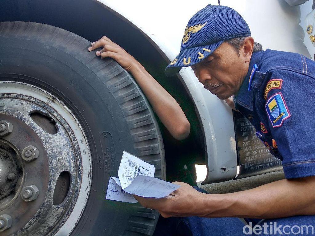 Petugas Usir 6 Bus Tak Laik Jalan di Leuwipanjang Bandung