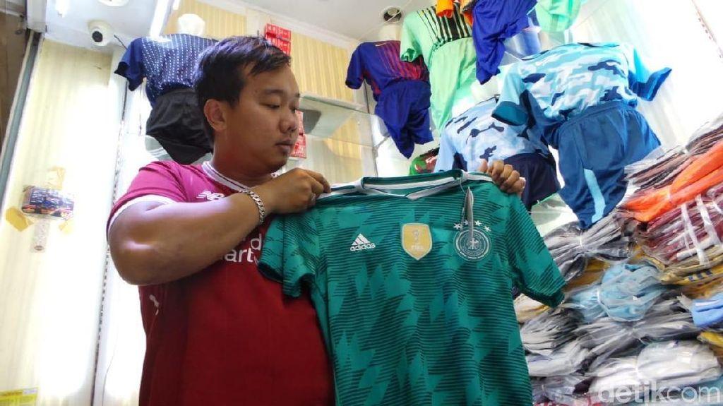 Alasan Pedagang Jersey Tak Naikkan Harga Meski Dolar AS Rp 14.200