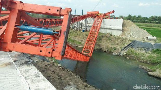Ambruknya launcher girder ini membuat pembangunan jembatan penghubung molor