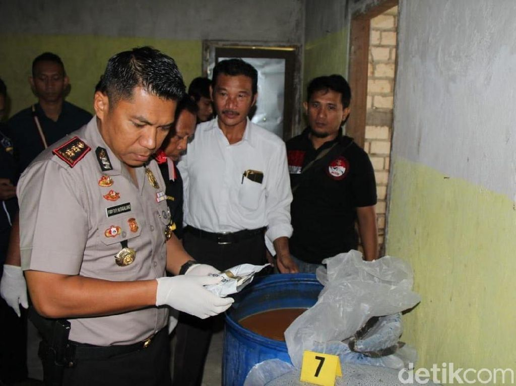 Gerebek Rumah Kosong, Polisi Temukan Bahan Pembuat Miras