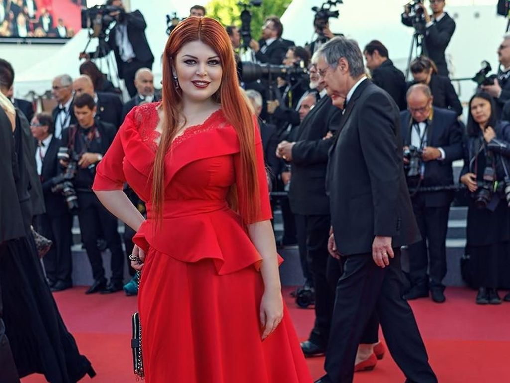 Whoops! Baju Model Ini Terinjak Sampai Copot Saat Pose di Red Carpet Cannes