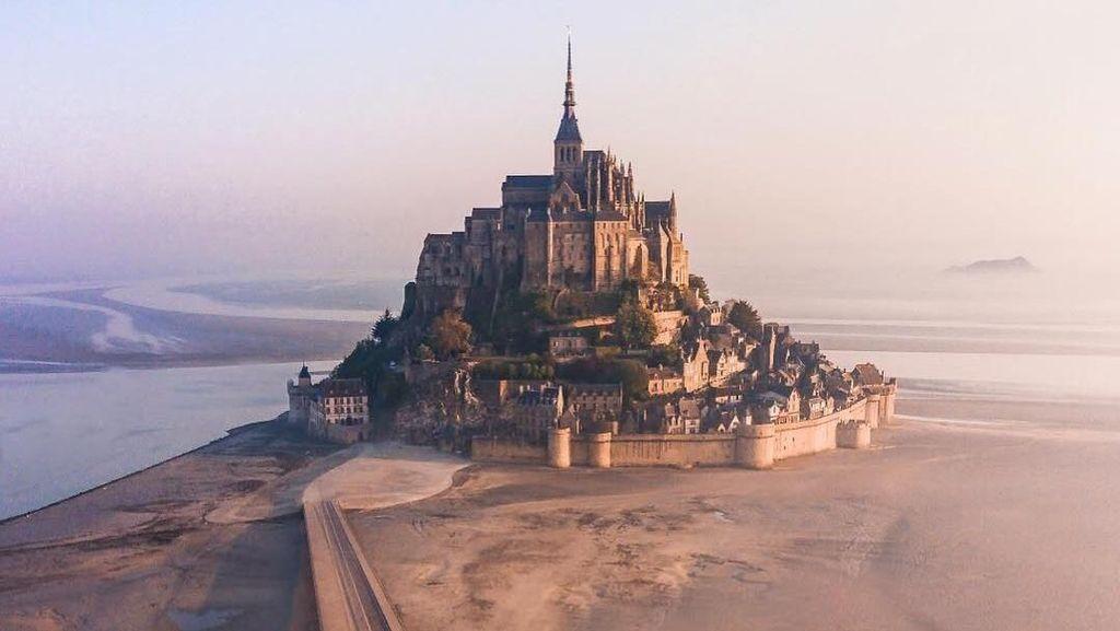 Wow! Ada Kastil di Pinggir Laut Prancis