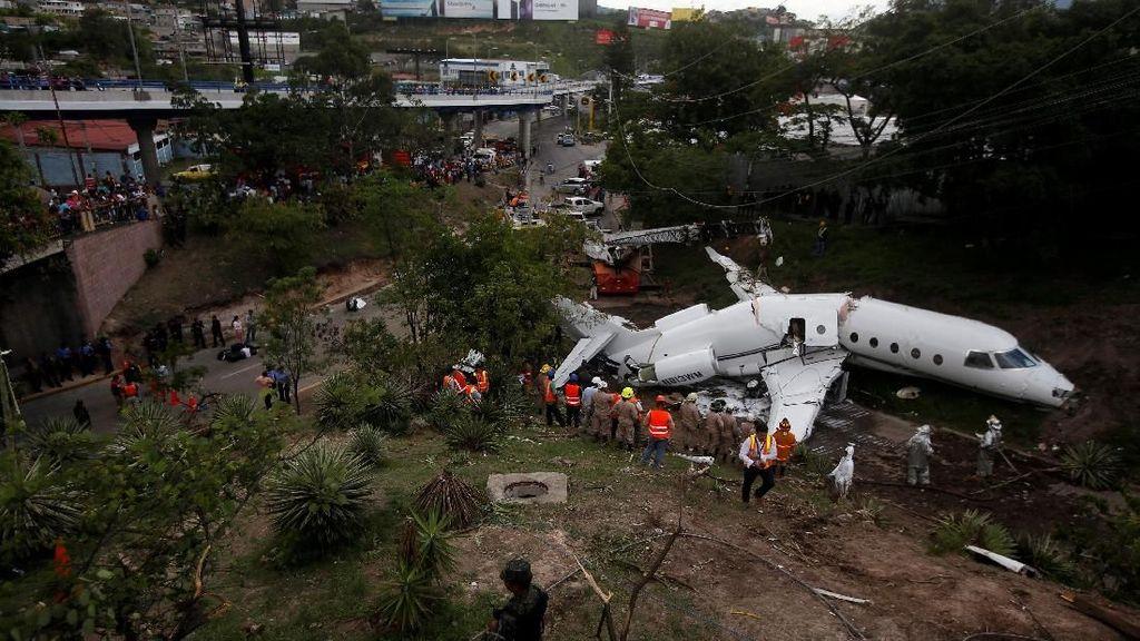 Pesawat Gulfstream Tergelincir, 12 Orang Luka-luka