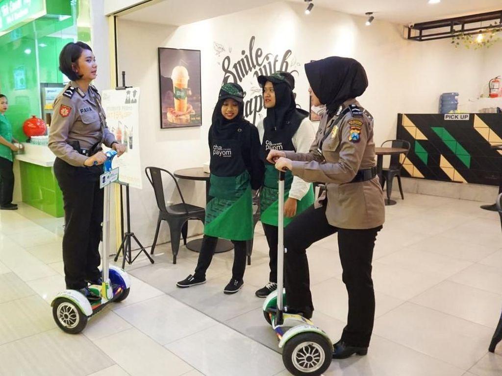 Beri Rasa Aman kepada Warga, Polisi Patroli dengan Segway di Mal