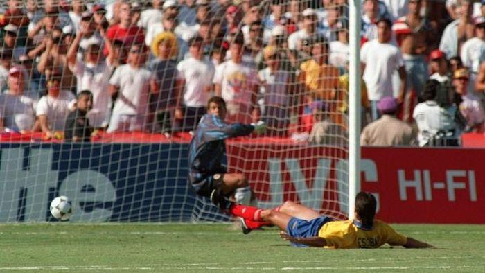 Gol bunuh diri Andres Escobar yang kemudian merenggut nyawanya (AFP PHOTO/ROMEO GACAD)