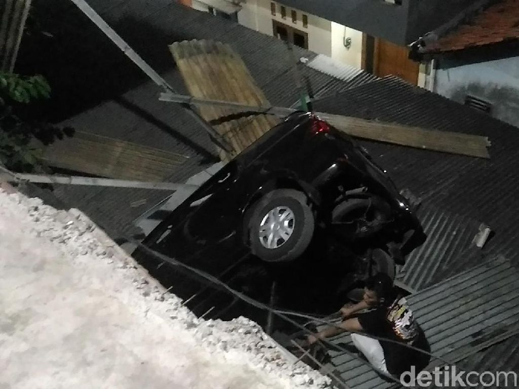 Foto: Mobil Terjun Bebas dari Parkiran Pasar di Jaktim