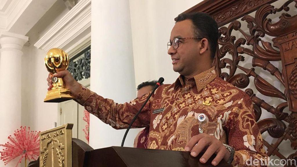 Anies Pamerkan Penghargaan Jaminan Kesehatan dari Jokowi