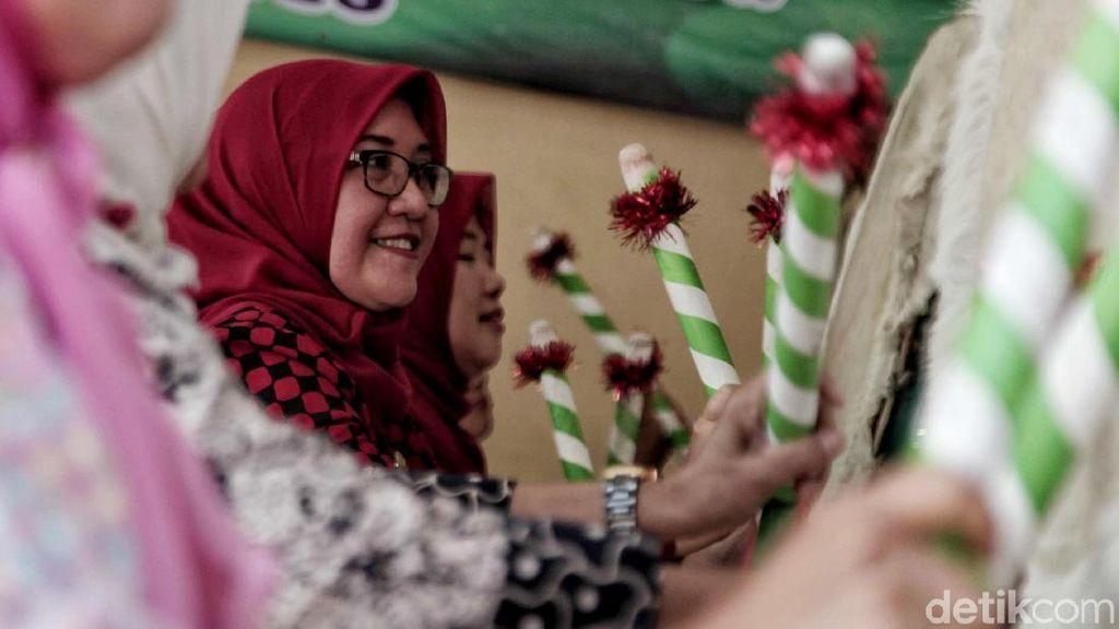 Semangat Ibu-ibu Ramaikan Festival Pukul Bedug di Jakut
