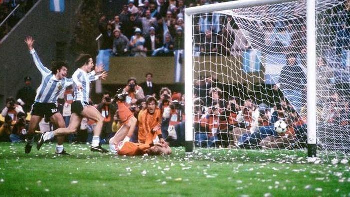 Ban hitam di tiang gawang pada Piala Dunia 1978. (Foto: es.uefa.com)