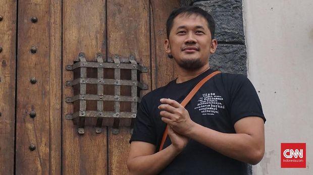 Hanung Bramantyo, sutradara Bumi Manusia saat mengenalkan set studio untuk syuting film yang diadaptasi dari novel Pramoedya Ananta Toer itu. (CNN Indonesia/Agniya Khoiri)