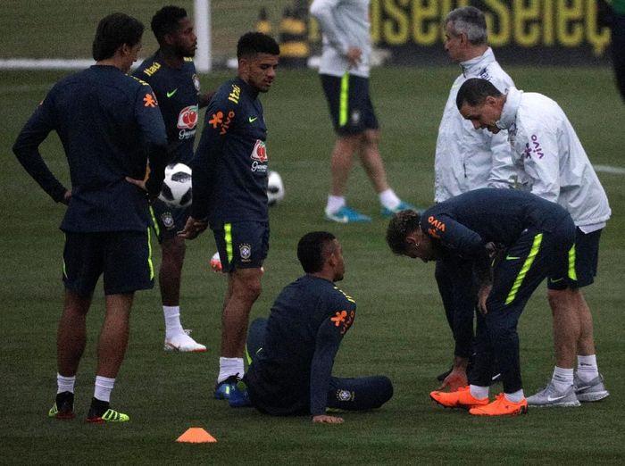 Setelah pulih dari cedera, Neymar langsung mengikuti pemusatan latihan di Teresopolis, Rio de Janeiro, sebagai persiapan menyambut Piala Dunia 2018. Terlihat kondisi Neymar masih terus dipantau tim dokter. (Foto: Ricardo Moraes/Reuters)