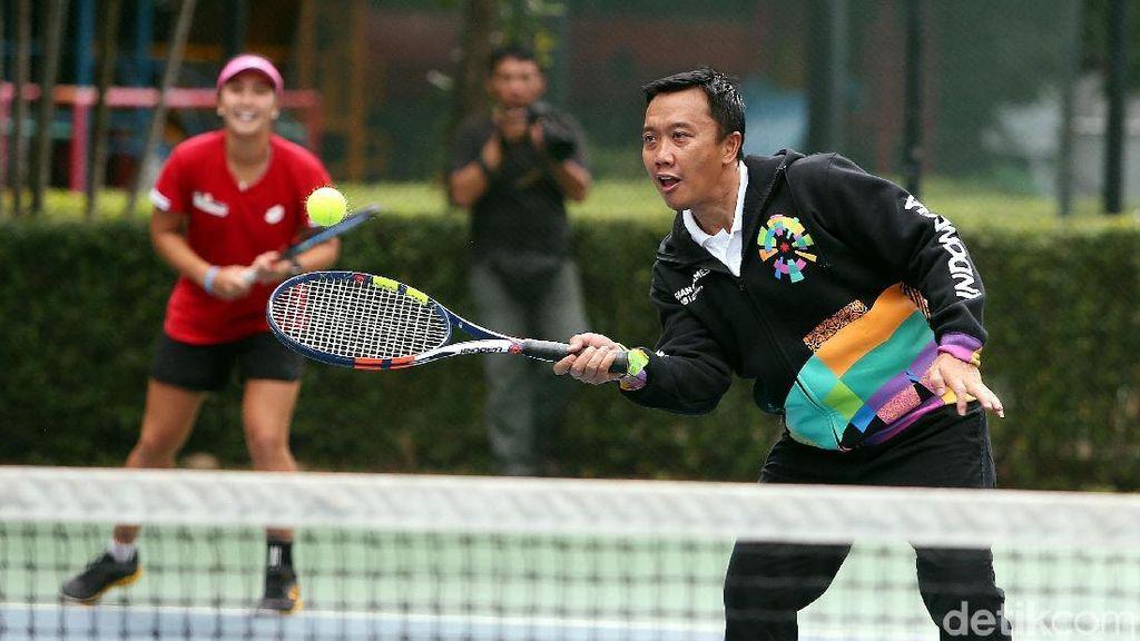 Gaya Menpora Bermain Tenis Bersama Atlet Pelatnas