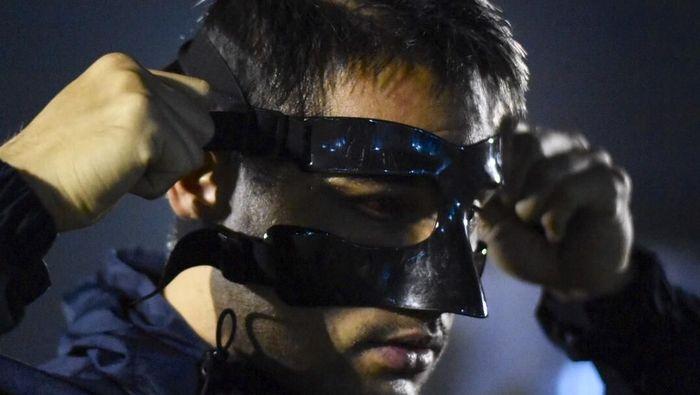 Kiper Persija Jakarta Andritany Ardhiyasa memakai topeng pelindung wajah selama pemulihan (Foto: istimewa)
