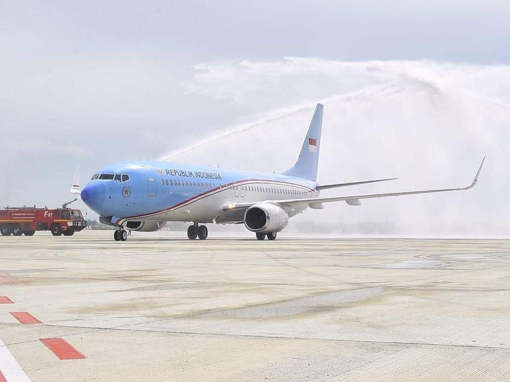 Pesawat Kepresidenan Mandi di Bandara Kertajati