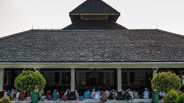 Umat muslim mengikuti pengajian Ramadan di serambi Masjid Agung Demak, Bintoro, Demak, Jawa Tengah, Minggu (20/5). Masjid yang didirikan Raja Demak Raden Patah bersama Sembilan Wali (Wali Songo) yang sekaligus berperan sebagai pusat penyebaran agama Islam di Pulau Jawa pada abad ke-15 tersebut menjadi sentra kegiatan peribadatan serta keagamaan warga setempat maupun luar kota terutama pada bulan suci Ramadan. ANTARA FOTO/Aji Styawan/kye/18.