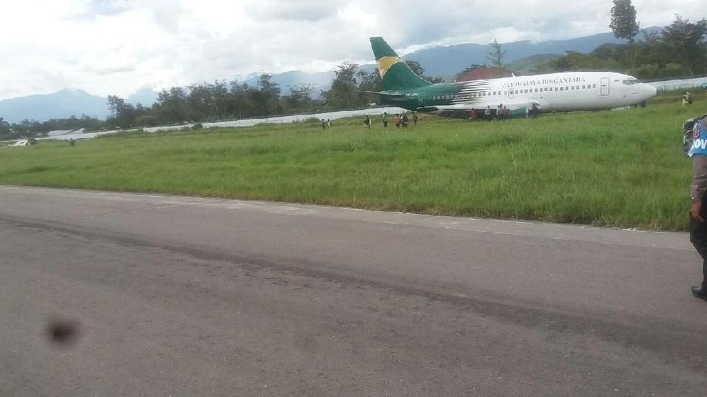 Penampakan Pesawat Kargo Tergelincir di Bandara Wamena