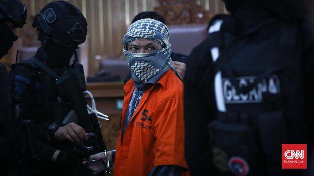 Terdakwa kasus serangan bom thamrin, Oman Rochman alias Aman Abdurrahman menjalani persidangan di Pengadilan Negeri Jakarta Selatan, Jumat, 25 Mei 2018. Agenda sidang kali ini adalah pembacaan nota pembelaan terdakwa (pledoi), sidang sebelumnya, Jaksa penuntut umum menuntut terdakwa dengan hukuman mati. CNNIndonesia/Safir Makki