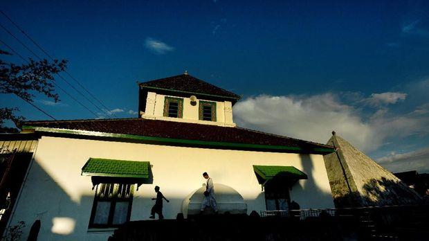 Pengunjung menikmati suasana sore di Masjid Tua Katangka Gowa, Sulawesi Selatan, Rabu (23/5). Masjid tertua di Sulawesi Selatan yang dibangun tahun 1603 tersebut banyak dikunjungi umat muslim pada bulan Ramadan untuk berwisata karena di sekitar masjid juga terdapat makam keturunan Raja-raja Gowa. ANTARA FOTO/Yusran Uccang/ama/18