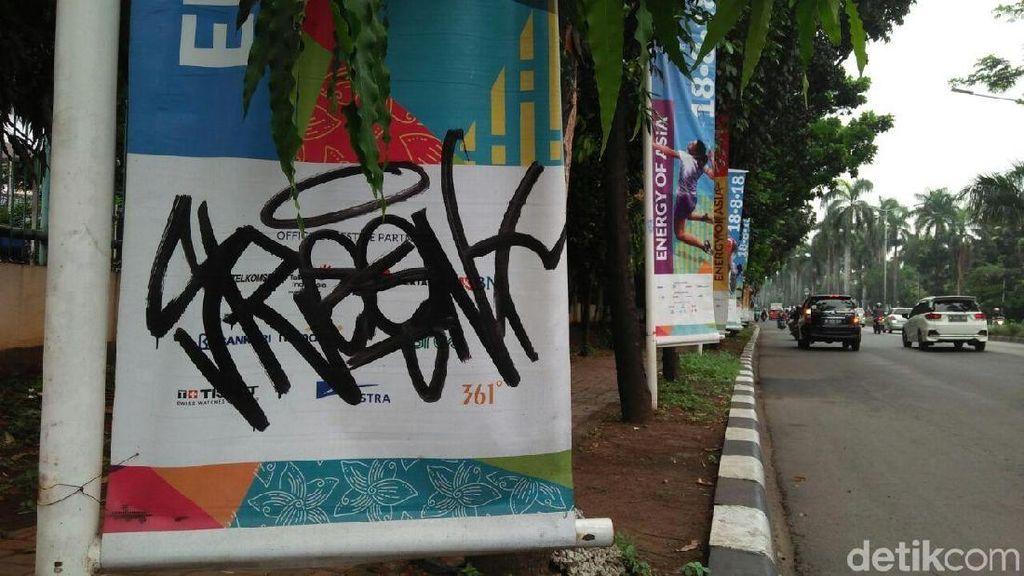 Miris! Banner Asian Games di Pondok Indah Dicorat-coret