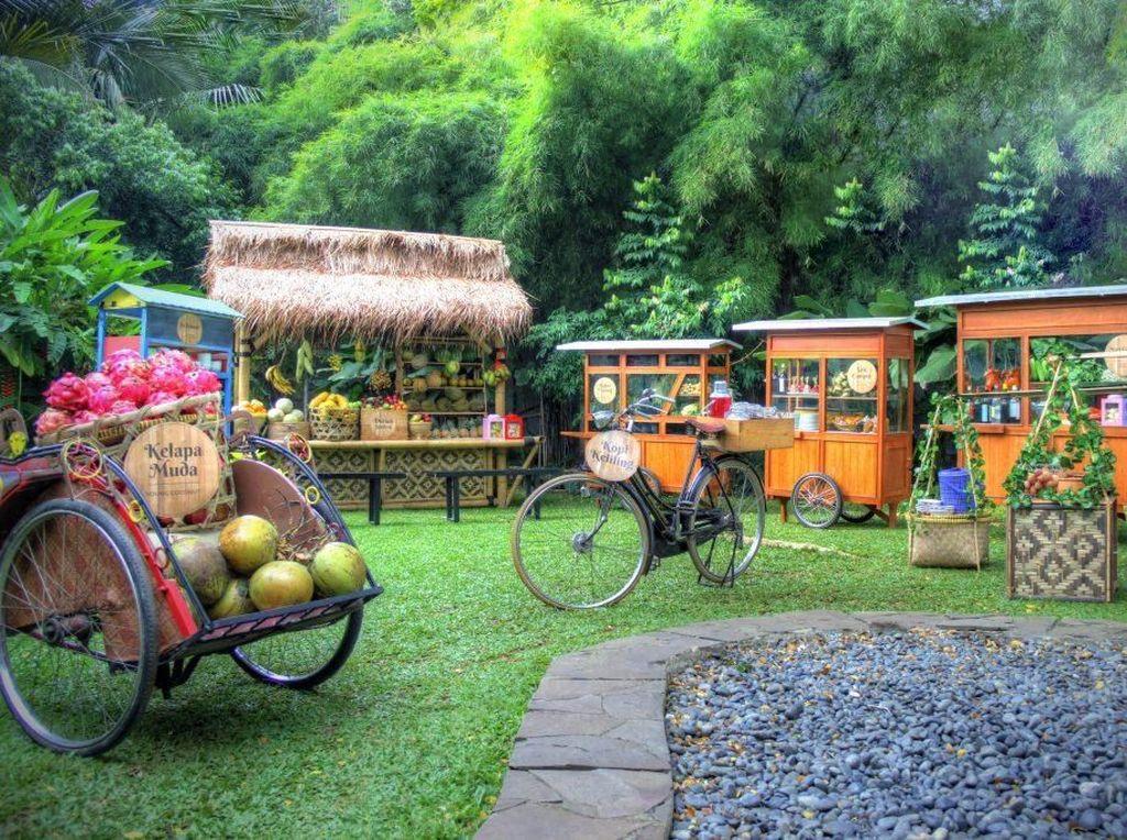 Seru! Makan Duren dan Jajanan Tradisional Sepuasnya di Pinggir Taman