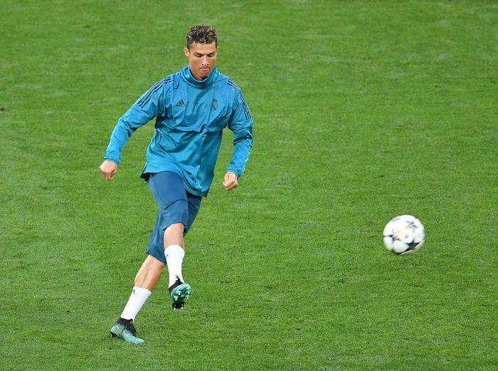 Penyerang Real Madrid Cristiano Ronaldo tak sengaja melepaskan tendangan yang menghantam wajah juru kamera. (Foto: Mike Hewitt/Getty Images)