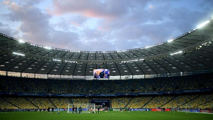 Real Madrid menggelar latihan terbuka di Stadion NSC Olimpiyskiy, Kiev, Ukraina, sebagai persiapan menghadapi Liverpool di partai final Liga Champions di tempat yang sama, Minggu (27/5/2018) dini hari nanti. Cuacanya teduh memayungi latihan Madrid. (Foto: David Ramos/Getty Images)