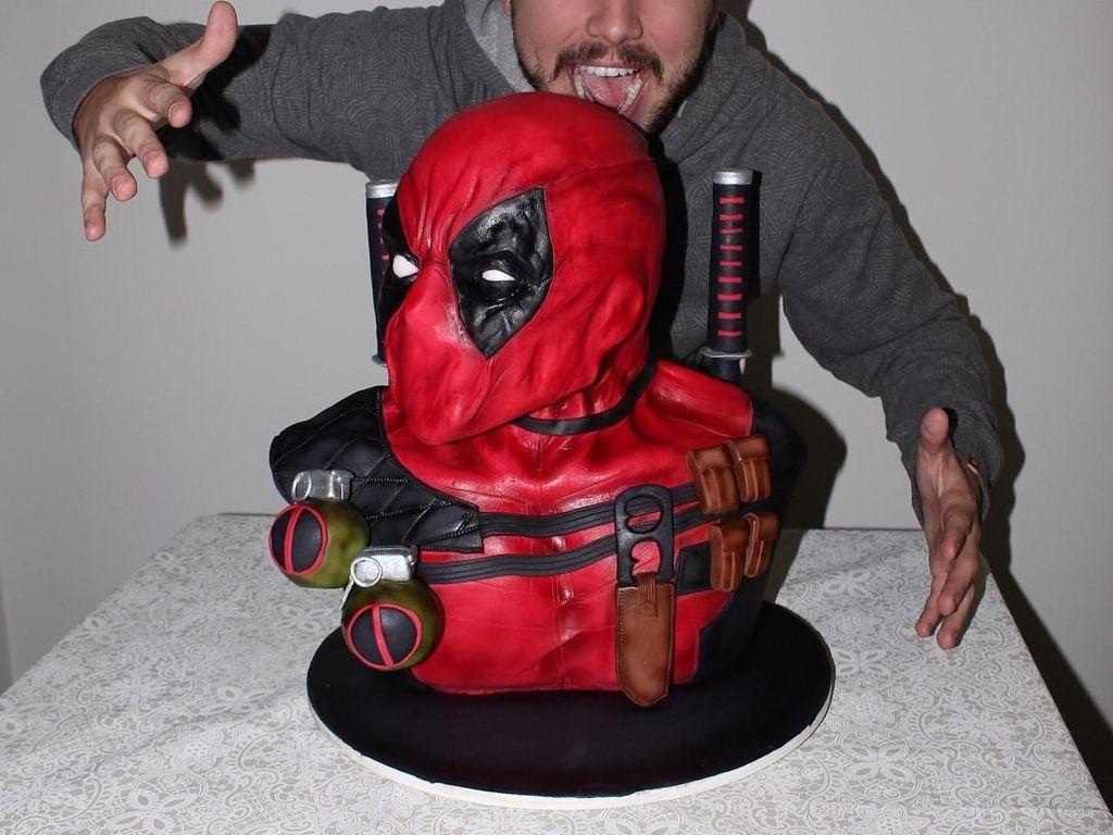 Gemasnya 10 Kue Serba Merah dan Hitam Bertema Deadpool!