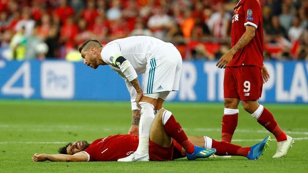 Soccer Football - Champions League Final - Real Madrid v Liverpool - NSC Olympic Stadium, Kiev, Ukraine - May 26, 2018   Liverpool's Mohamed Salah on the floor after a challenge from Real Madrid's Sergio Ramos                     REUTERS/Kai Pfaffenbach