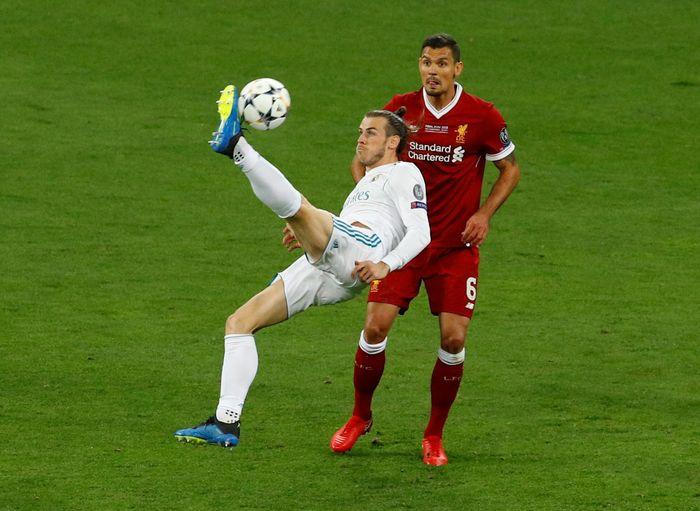 Gareth Bale saat mencetak gol salto ke gawang Liverpool di final Liga Champions 2018 (Foto: Phil Noble/Reuters)