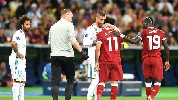 Sergio Ramos memeluk Mohamed Salah yang berjalan ke luar lapangan di final Liga Champions