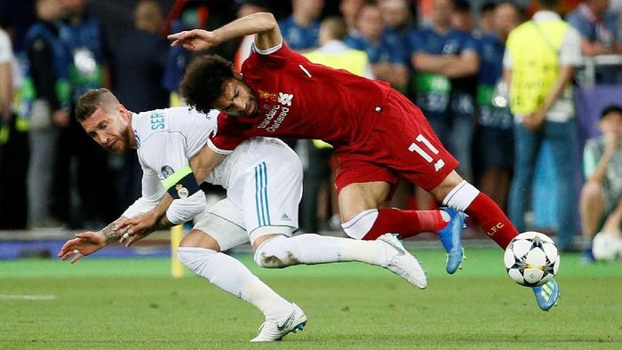 Soccer Football - Champions League Final - Real Madrid v Liverpool - NSC Olympic Stadium, Kiev, Ukraine - May 26, 2018   Liverpools Mohamed Salah injures his shoulder in a challenge with Real Madrids Sergio Ramos      REUTERS/Gleb Garanich
