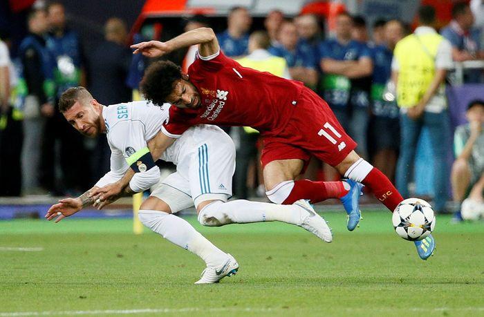 Inilah momen yang menyebabkan Mohamed Salah mengalami cedera. Saat dia berebut bola dengan Sergio Ramos. (REUTERS/Gleb Garanich)
