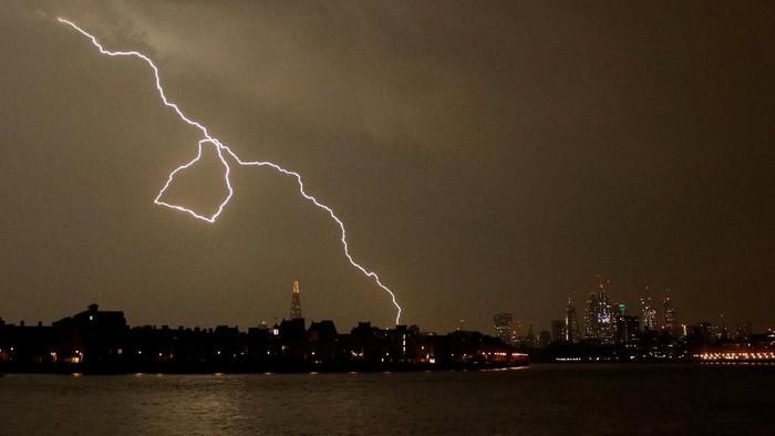 Lightning strikes above Wembley Stadium in London, Britain May 26, 2018.  REUTERS/Carl Recine