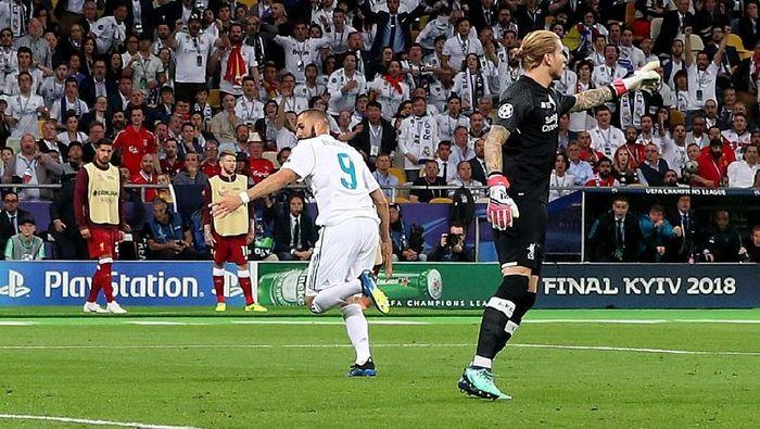 Inilah blunder pertama Loris Karius. Ia melempar bola tepat ke arah Karim Benzema yang sontak langsung menjebol gawang Liverpool. (Foto: Hannah McKay/Reuters)