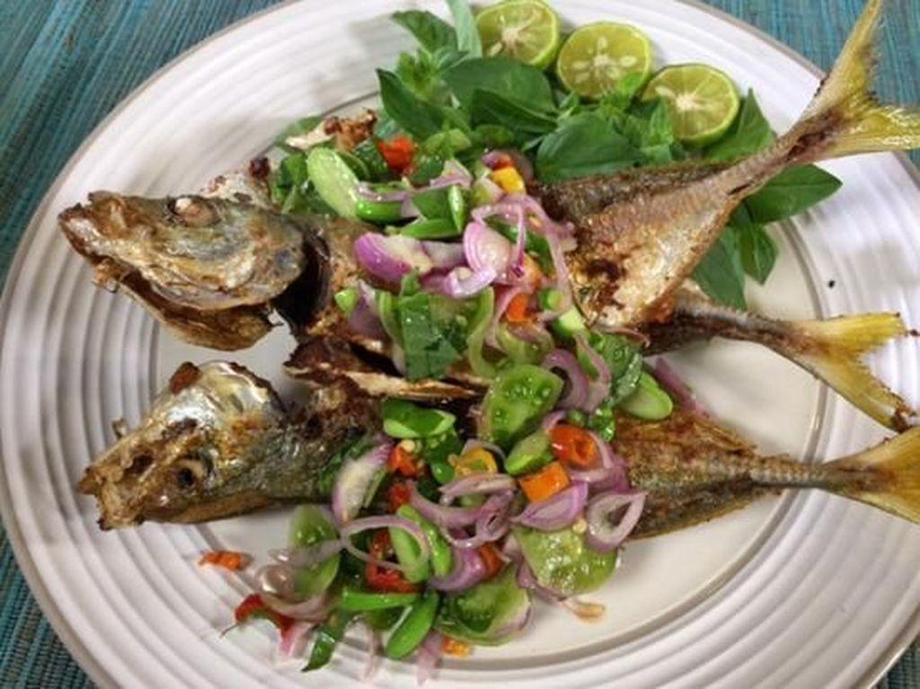 Kriuk Renyah Ikan Goreng Enak Dipadu Bumbu Acar hingga Saus Lada Hitam